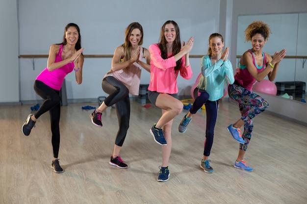 Gruppo di donne che fanno aerobica