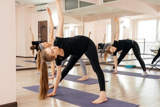 Gruppo di donne che fanno yoga in studio