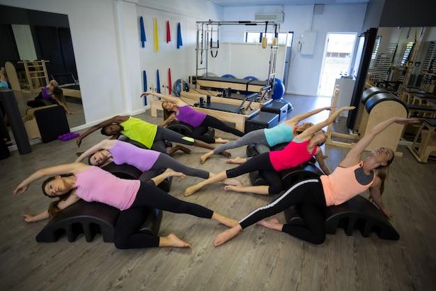 Gruppo di donne che esercitano sulla canna dell'arco