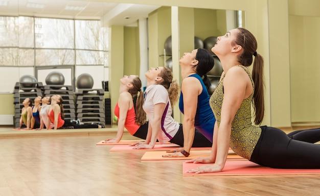 Gruppo di donne che fanno aerobica step