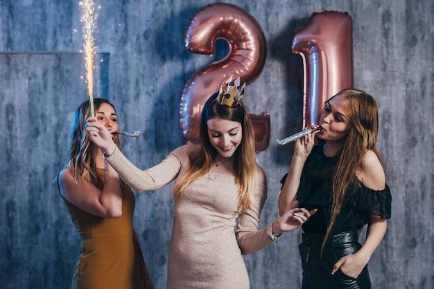 Gruppo di donne con fuochi d'artificio alla festa divertendosi.