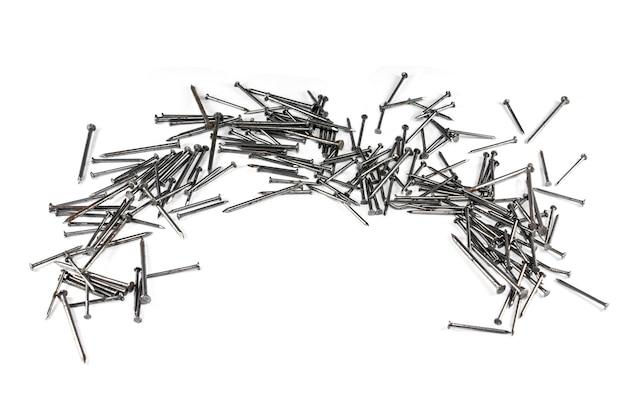 Gruppo di chiodi in metallo legno per costruzione isolato su sfondo bianco