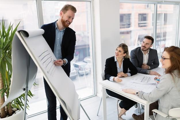 Gruppo di giovani architetti che lavorano su incontri d'affari