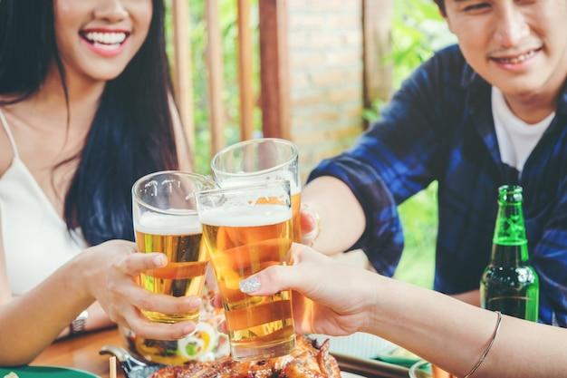 Gruppo di giovani asiatici che celebrano feste della birra