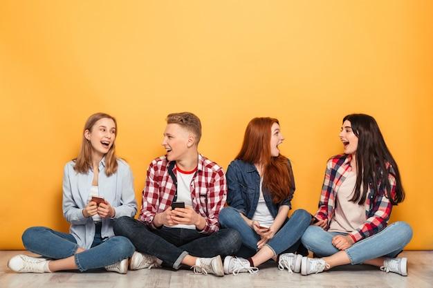 Gruppo di giovani amici di scuola felici