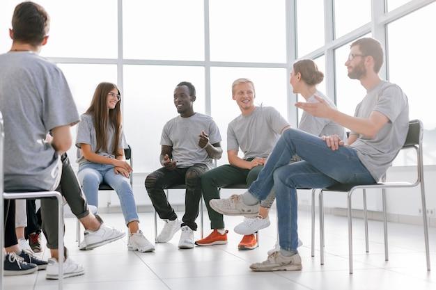 Gruppo di giovani che la pensano allo stesso modo che discutono le loro idee. affari e istruzione