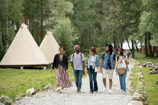 Un gruppo di giovani multietnici è arrivato al campeggio camminando sul bellissimo parco