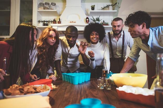Un gruppo di giovani che celebrano e fanno festa a casa