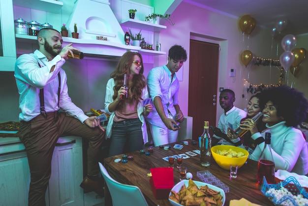 Un gruppo di giovani che celebrano e fanno festa a casa Foto Premium