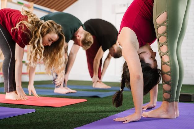 Un gruppo di giovani che fanno esercizi di joga in palestra