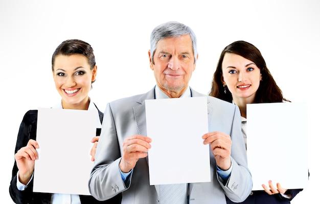Gruppo di giovani uomini d'affari sorridenti. su sfondo bianco