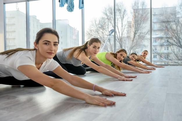 Gruppo di giovani donne che fanno esercizi in palestra