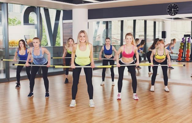 Gruppo di giovani donne nel corso di fitness