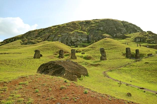 Gruppi di rovine abbandonate e incompiute della statua di moai sul vulcano rano raraku isola di pasqua chile