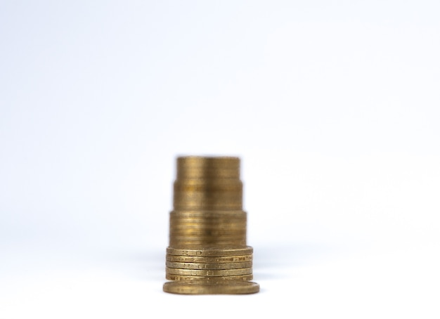 Pile di monete in crescita su sfondo bianco. crescita finanziaria, risparmio di denaro, ricchezza della finanza aziendale e concetto di successo.