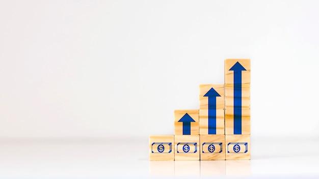 Blocchi di legno e frecce in crescita, idee per la crescita finanziaria, miglioramento del business e idee di confronto.