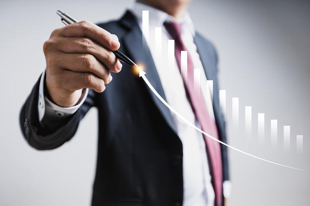 Crescita della tecnologia di finanza aziendale e investitore di trading di investimento. fondi di investimento in borsa e asset digitali. uomo d'affari che analizza i dati di marketing finanziario del grafico commerciale forex.