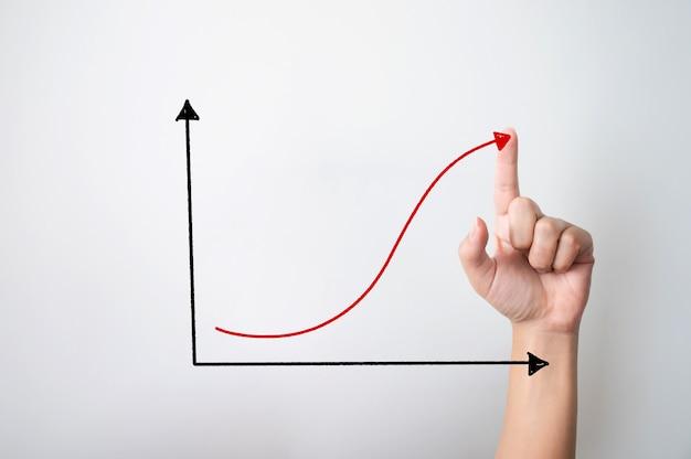 Concetto di affari di crescita. la mano che indica aumenta il grafico che si sposta verso l'alto e copia lo spazio