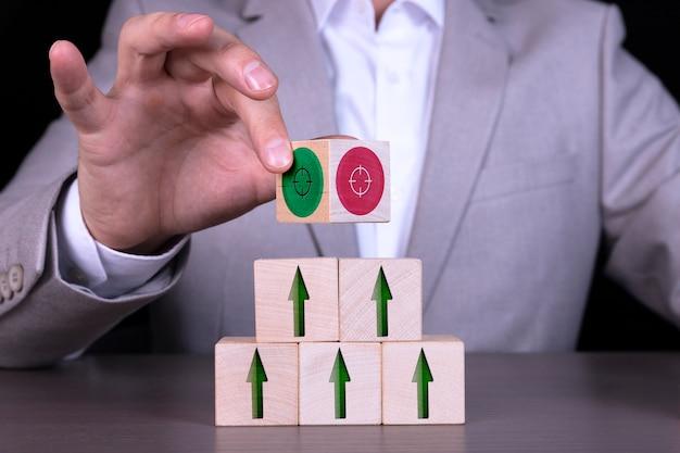 Crescita o concetto di affari su cubi di legno e obiettivo
