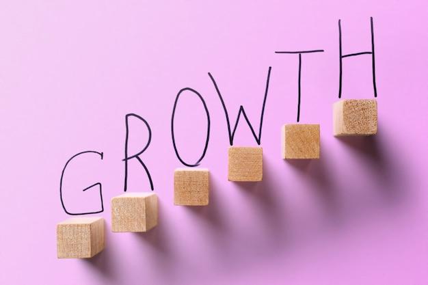 Crescita aziendale concetto di colore viola.