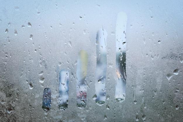 Concetto di grafico di crescita sulla fine della finestra bagnata.