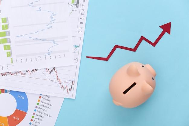 Freccia verso l'alto di crescita, grafici e tabelle, banca piggy sull'azzurro. successo economico