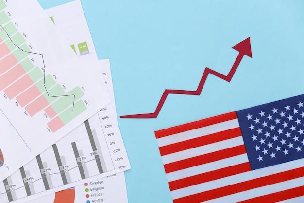 Freccia verso l'alto di crescita, grafici e tabelle, bandiera degli stati uniti sull'azzurro. successo economico