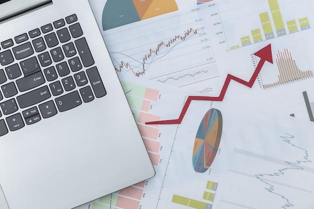 Freccia verso l'alto di crescita, grafici e grafici con laptop