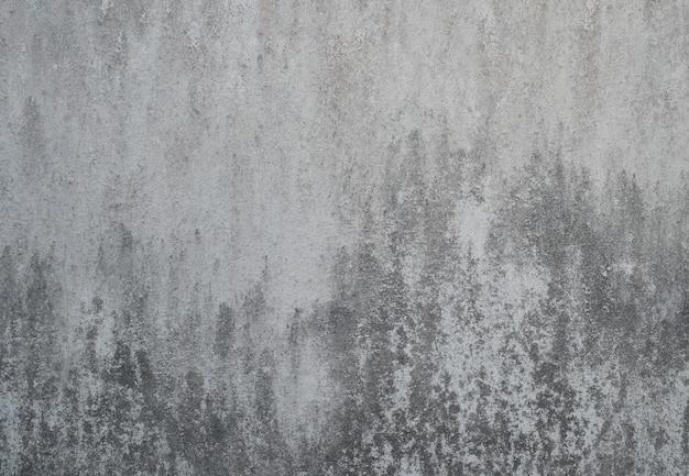 Muro di cemento incrinato sporco di lerciume