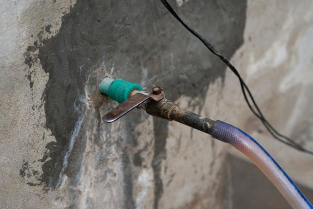 Rubinetto dell'acqua in metallo grunge fegato di controllo della valvola dell'acqua in ferro arrugginito gestito