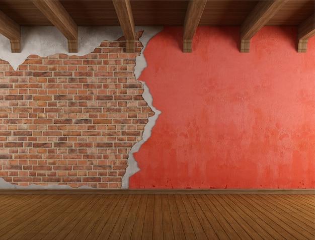 Stanza di lerciume con la vecchia parete incrinata
