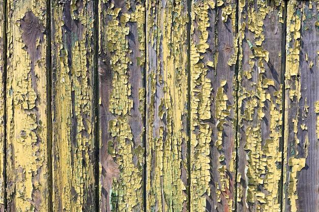 Struttura in legno sgangherata con difetti superficiali verniciati graffi crepe verniciate polvere