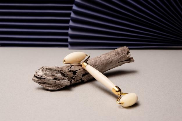 Gua sha rullo di massaggio concetto di cura della pelle