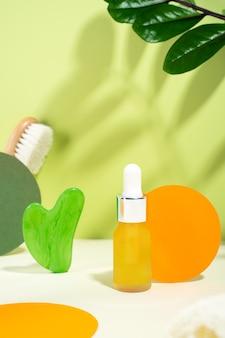 Massaggiatore gua sha dalla nefrite naturale verde per il viso con strumento di massaggio con olio di siero idratante per