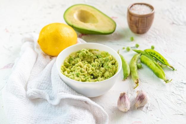 Salsa cremosa di guacamole per crostini con avocado e piselli
