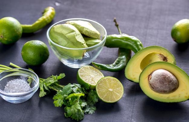 Gli ingredienti del guacamole si chiudono