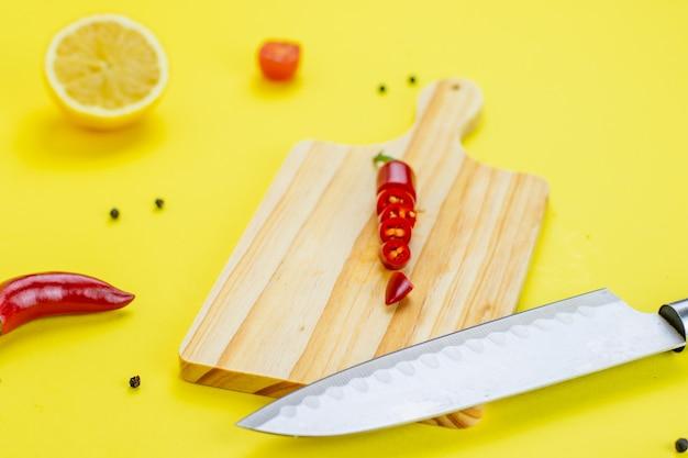 Guacamole con fondo giallo e pepe al limone