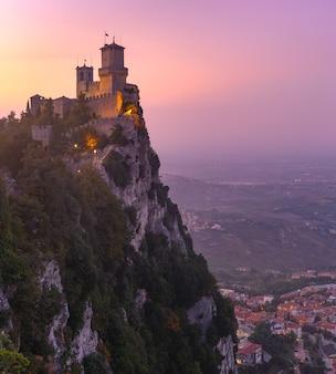 Fortezza guaita o prima torre sul crinale del monte titano, nella città di san marino della repubblica di san marino al tramonto