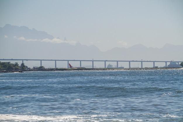 Baia di guanabara, ponte rio x niteroi e serra dos orgaos a rio de janeiro, brasile.
