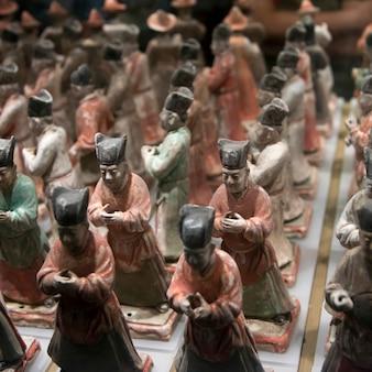 Guardie di statuette di ceramiche d'onore al museo di storia shaanxi, xi'an, shaanxi, cina.