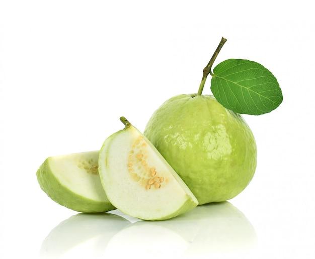 Guava su sfondo bianco Foto Premium