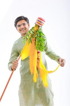Gudi padwa marathi capodanno, giovane indiano che celebra il festival gudi padwa