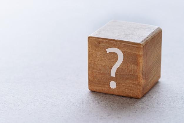 Il marchio guestion è scritto su un blocco di legno