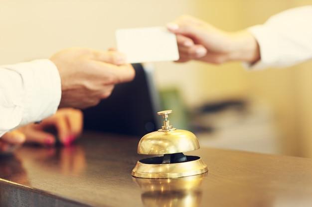 Ospiti che ricevono la chiave magnetica in hotel