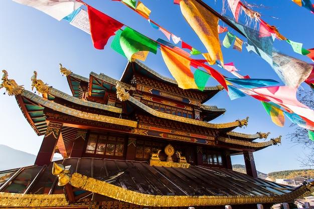 Il tempio di guishan con la preghiera dorata tibetana buddista gigante spinge dentro la vecchia di shangri della città Foto Premium