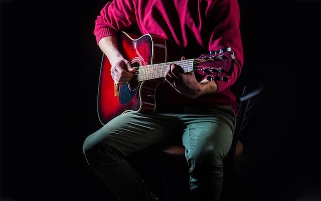 Chitarra acustica. suona la chitarra. musica dal vivo. festival musicale. strumento sul palco e banda. concetto di musica. chitarra elettrica, corda, chitarrista, musicista rock. strumento musicale. chitarre e archi.