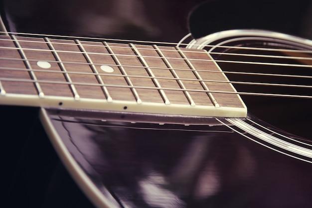 Chitarra acustica in stile vintage foto ravvicinata