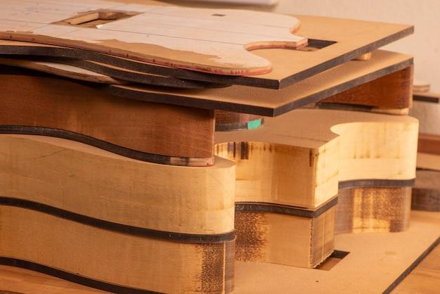 Corpi di chitarra impilati in produzione in una liuteria