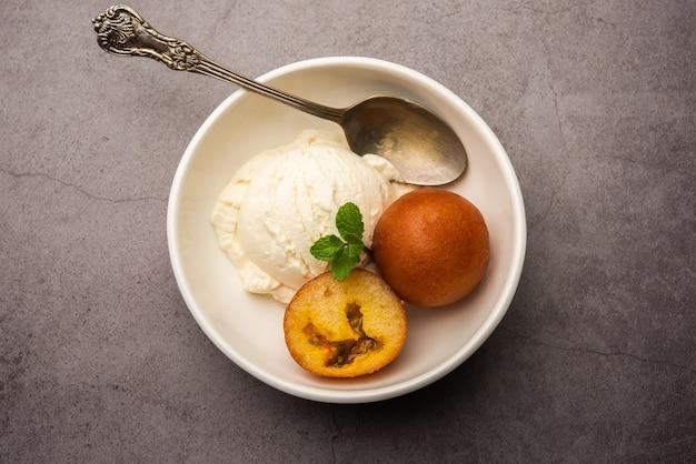 Gulab jamun dolce tradizionale indiano servito con gelato alla vaniglia