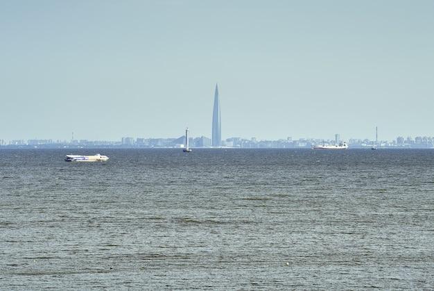 Golfo di finlandia panorama di san pietroburgo in una foschia blu lakhta torre centrale navi passeggeri